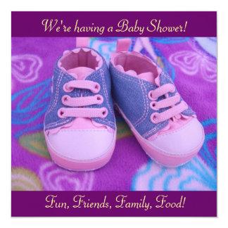 Calçados cor-de-rosa dos convites doces preciosos