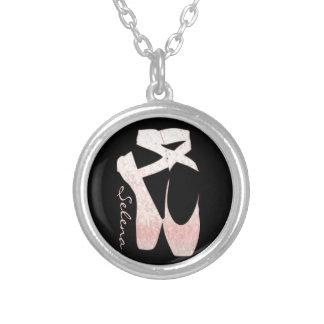 Calçados de balé macios personalizados do rosa do  colar com pendente redondo