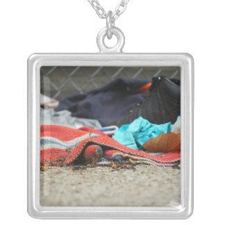 Calçados e roupa na rua colar com pendente quadrado