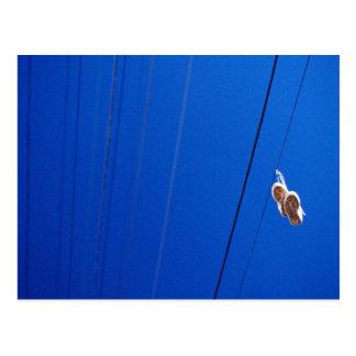 Calçados em um fio cartão postal