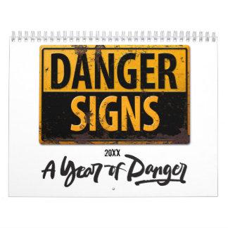 Calendário O PERIGO ASSINA o sinal de advertência engraçado
