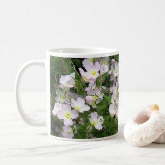 Cama de flor branca caneca de café
