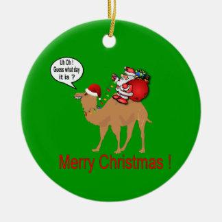 Camelo do dia de corcunda com Papai Noel Ornamento De Cerâmica Redondo