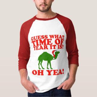 Camelo do Natal na camisa do raglan do chapéu do