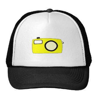 Câmera amarela brilhante. No branco Boné