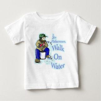 Caminhada dos pescadores do gelo na água t-shirts