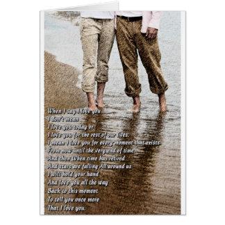 Caminhada romântica no cartão da praia