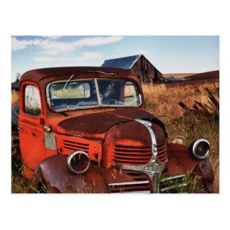 Caminhão alaranjado de oxidação de Dodge com Cartão Postal