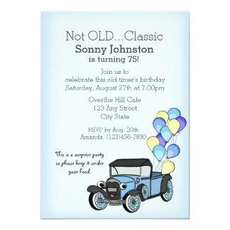 Caminhão antigo com aniversário dos balões