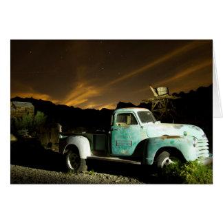 Caminhão antigo na cidade fantasma cartão de nota