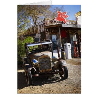 Caminhão antigo na loja geral no americano cartão comemorativo