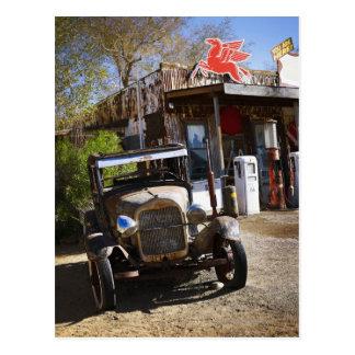 Caminhão antigo na loja geral no americano cartão postal