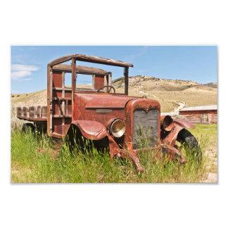 Caminhão do vintage com cama de madeira - impressão de foto