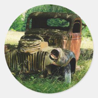 Caminhão do vintage que oxida afastado adesivo em formato redondo