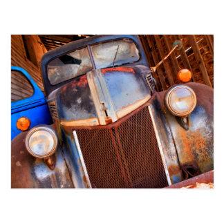 Caminhão oxidado velho em uma fazenda cartão postal