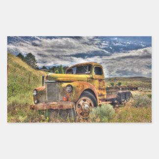 Caminhão velho abandonado no campo adesivo retangular
