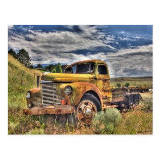 Caminhão velho abandonado no campo cartão postal