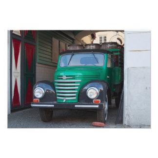 Caminhão velho com cerveja - impressão impressão de foto