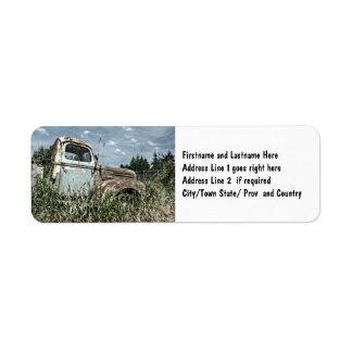 Caminhão velho do batedor - veículo oxidado da etiqueta endereço de retorno