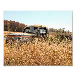 Caminhão velho no campo de fazenda do outono impressão de foto