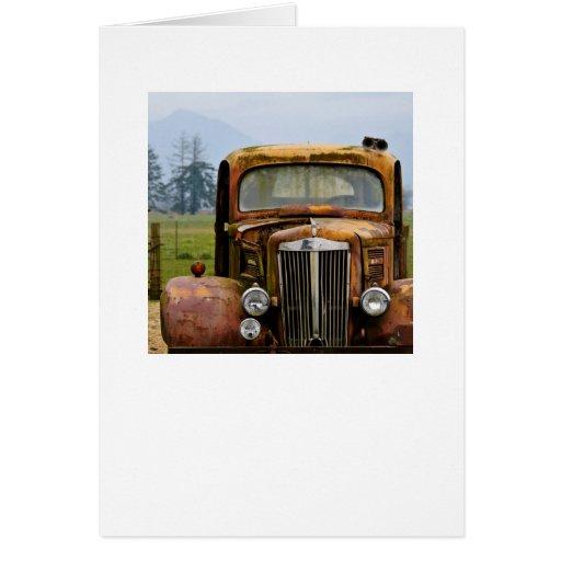 Caminhão velho no cartão da cor