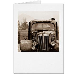 Caminhão velho no cartão do Sepia