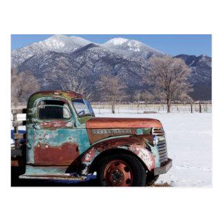 Caminhão velho que senta-se no campo cartão postal