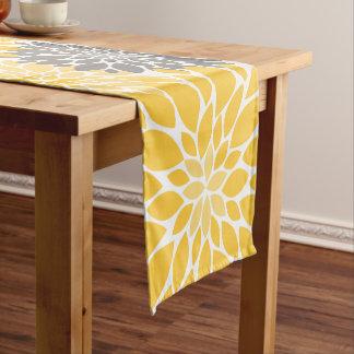 Caminho De Mesa Pequeno Teste padrão floral dos crisântemos amarelos e
