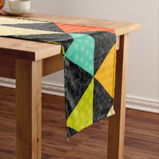Caminho De Mesa Pequeno Triângulos geométricos coloridos