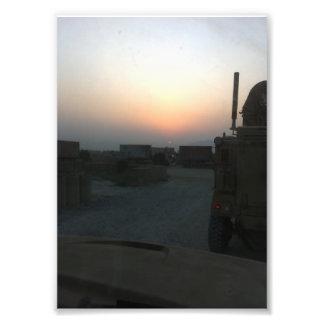 Caminhões no impressão da foto do nascer do sol do