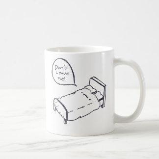 Camisa e roupa da piada da cama caneca de café