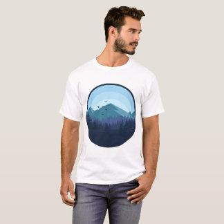 Camisa nevado do homem da paisagem da montanha