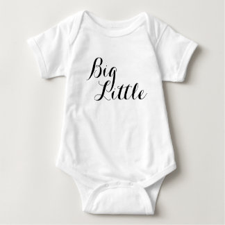 Camisa pequena grande da irmã mais velha do big