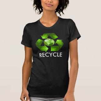 Camisa verde do reciclar na obscuridade