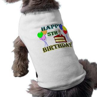 Camiseta 5o aniversário feliz com bolo, balões e vela