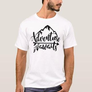 Camiseta A aventura espera - acampamento, rv, e viagem