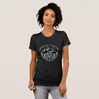 Camiseta A aventura está esperando o t-shirt do pescoço de