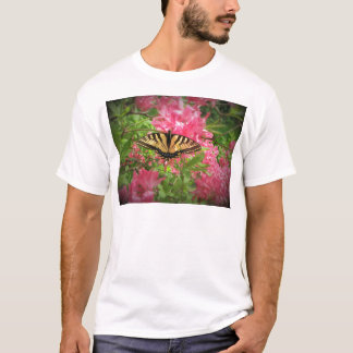 Camiseta A borboleta de Swallowtail senta-se em azáleas