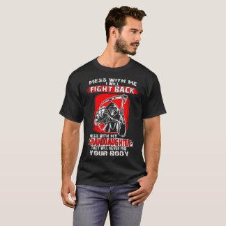 Camiseta A confusão com minha neta nunca encontra seu corpo
