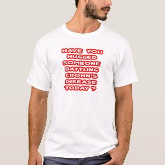 Camiseta A doença alguém de Crohn de luta abraçado?