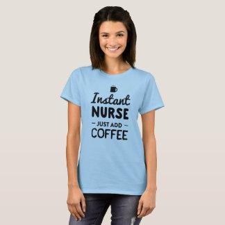 Camiseta A enfermeira imediata, apenas adiciona o café