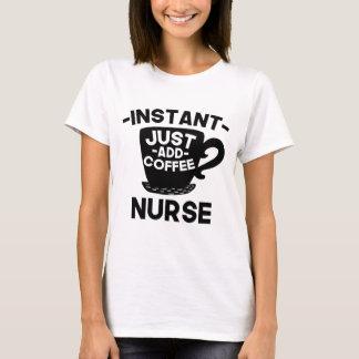 Camiseta A enfermeira imediata apenas adiciona o café