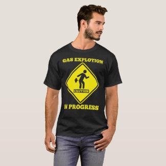 Camiseta A explosão do gás do sinal do cuidado em andamento