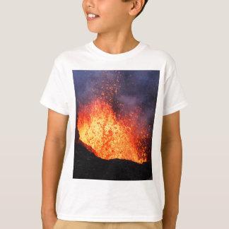 Camiseta A fonte da lava quente entra em erupção do vulcão
