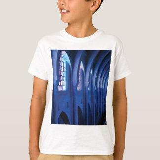 Camiseta a luz entra na igreja escura