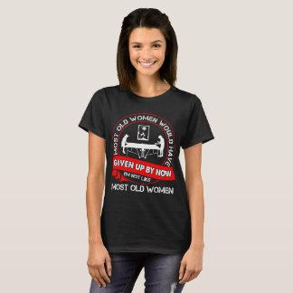 Camiseta A maioria de mulheres adultas dadas acima das