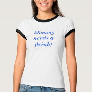 Camiseta A mamãe precisa uma bebida! T-shirt
