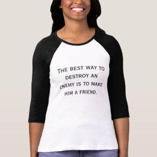 Camiseta A melhor maneira de destruir um inimigo é fazê-lo…