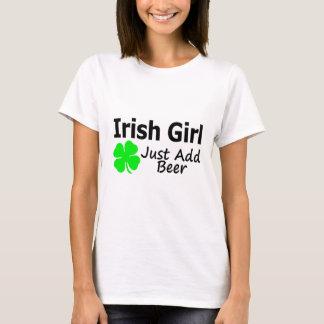 Camiseta A menina irlandesa apenas adiciona a cerveja