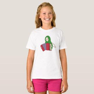 Camiseta A menina joga o t-shirt do acordeão para miúdos